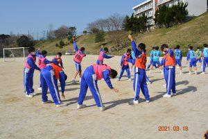 準備体操を行う生徒たち